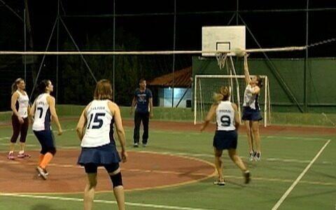 Mulheres jogam vôlei juntas e reforçam laços de amizade