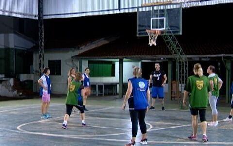 Mulheres se juntam para jogar basquete em Santo Anastácio