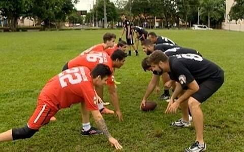Turma se reúne para jogar futebol americano em Rancharia