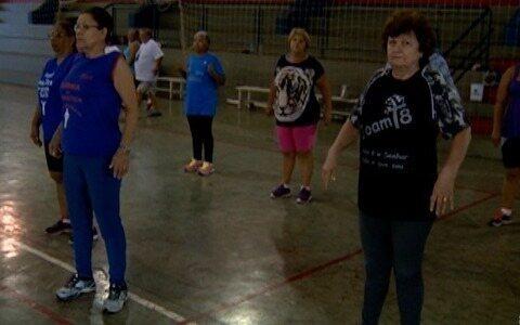 Grupo da terceira idade se reúne para praticar esporte