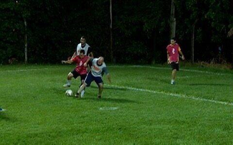 Diversão e solidariedade marcam jogos de futebol entre amigos