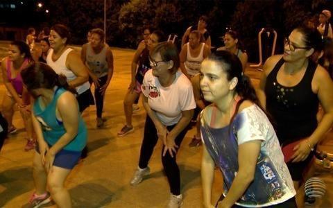 Grupo de mulheres se reúne semanalmente para dançar
