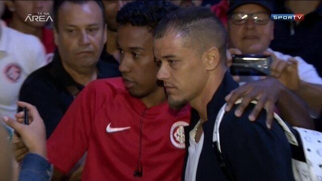 Torcedores do Internacional de despedem de D'Alessandro, que se apresenta ao River Plate