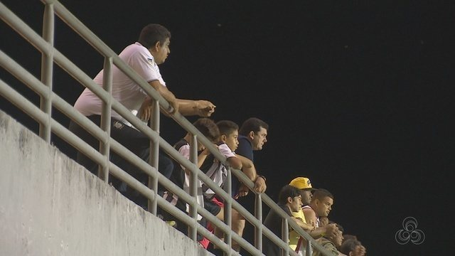 Torcida faz barulho, mas público é pequeno para Santos x Santana no Zerão