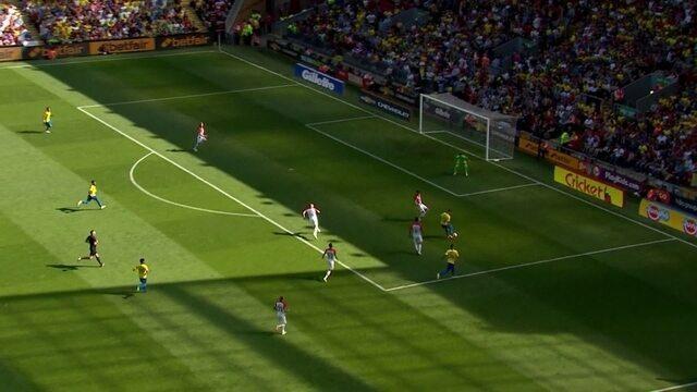 Danilo toca para Firmino, que bate forte, mas à esquerda do gol aos 42' do 2º Tempo