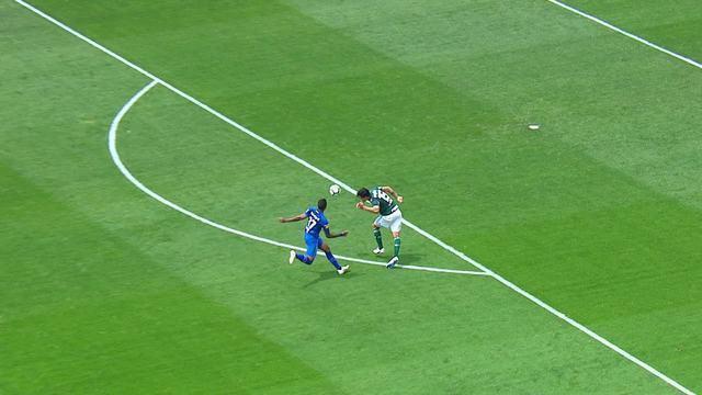 Gustavo Gómez corta com a mão fora da área, e juiz dá pênalti. Mancuello marca
