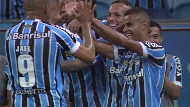 Gol do Grêmio! Everton recebe lançamento de Jael e toca por cobertura aos 29 do 2º tempo