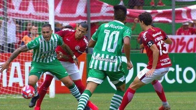 Víctor Cuesta derruba Braian Rodríguez dentro da área, aos 24 do 1'T