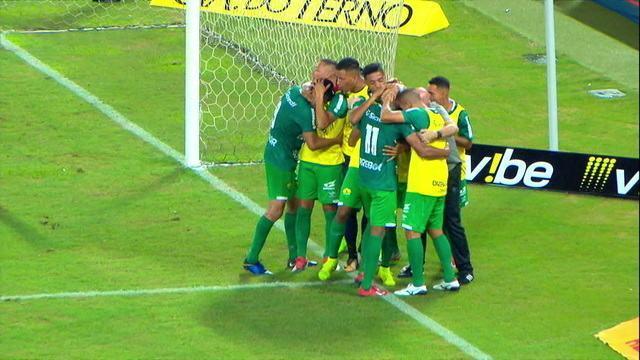 Gol do Cuiabá! Allan Vieira se atrapalha na disputa com Júnior Todinho e marca contra, aos 37' do 1ºT