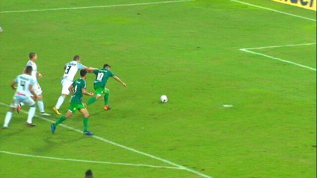 Felipe Marques chuta firme e o goleiro Simão faz a defesa, aos 46' do 1ºT