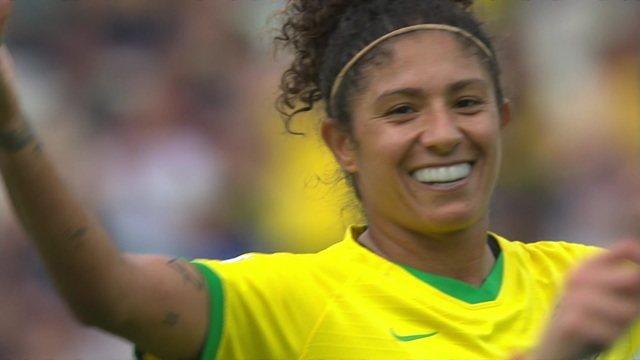 Gol do Brasil! Cristiane marca o terceiro em cobrança de falta perfeita, aos 18 do 2ºtempo