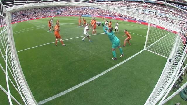 Van Veenendaal salva! Após de córner, Ertz chuta forte e goleira pega, aos 27 do 1º