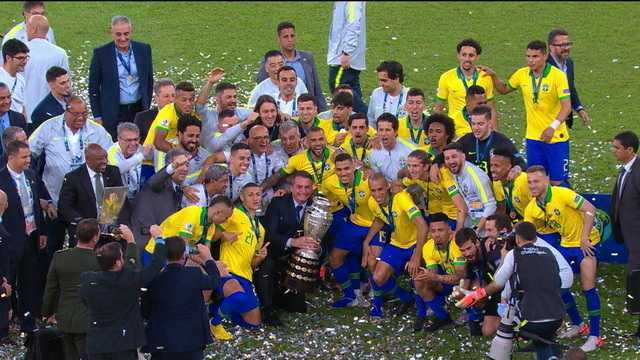 Presidente Bolsonaro segura troféu da Copa América e tira foto com jogadores