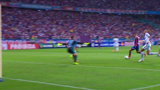 Guerra acha Gilberto na cara do gol, mas atacante bate por cima da meta, aos 47 do 1º tempo