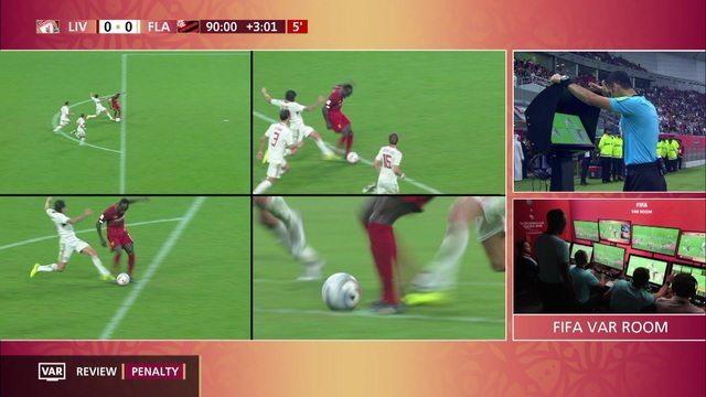 Mané é derrubado por Rafinha e pênalti é marcado. VAR entra em ação e árbitro anula penalidade, aos 49' do 2º tempo