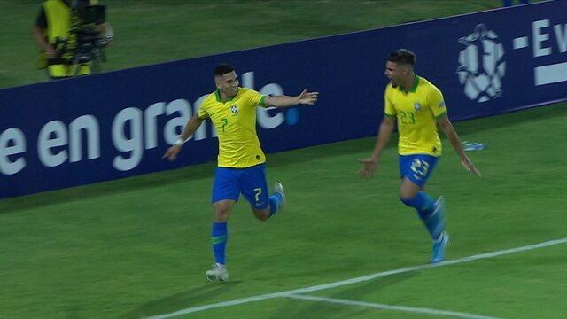 Gol do Brasil! Bruno Guimarães toca para Paulinho abrir o placar, aos 42' do 1ºT