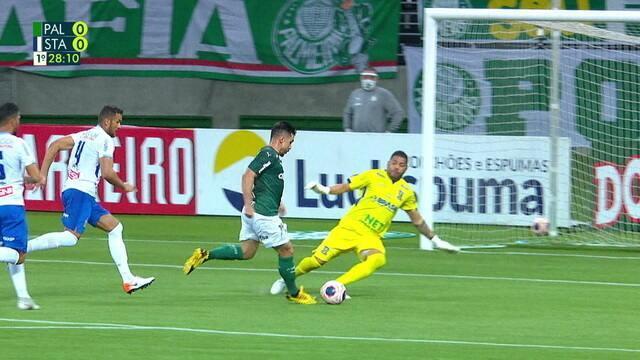 Willian recebe e tenta limpar o goleiro Ivan, que se recupera e afasta o perigo, aos 26 do 1º tempo