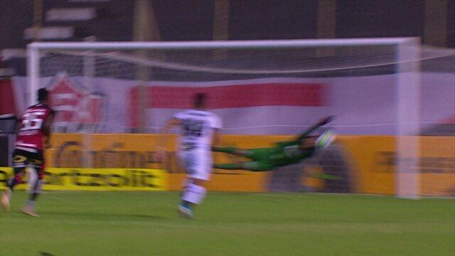 Rafael Sobis cobra pênalti, mas Ronaldo pega duas vezes, aos 39 do 1º tempo