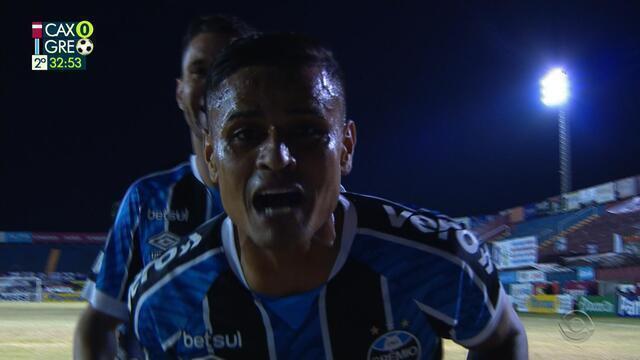 Gol do Grêmio! Everton pega rebote e marca um golaço, aos 32 do 2'T