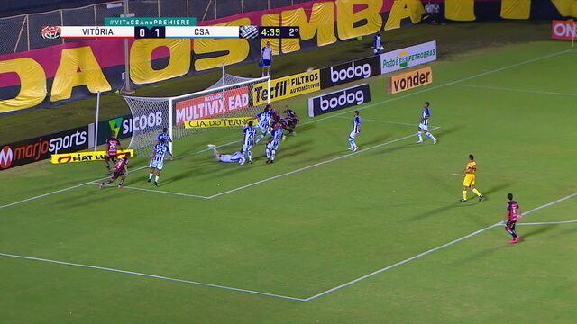 João Victor cabeceia para o gol e Castán tira na linha, aos 4' do 2T
