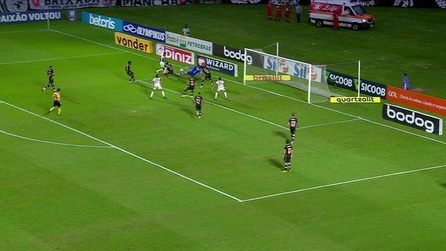 Bruno Henrique bate para o gol. A bola passa por Fernando Miguel, mas Miranda afasta, aos 38 do 1ºT