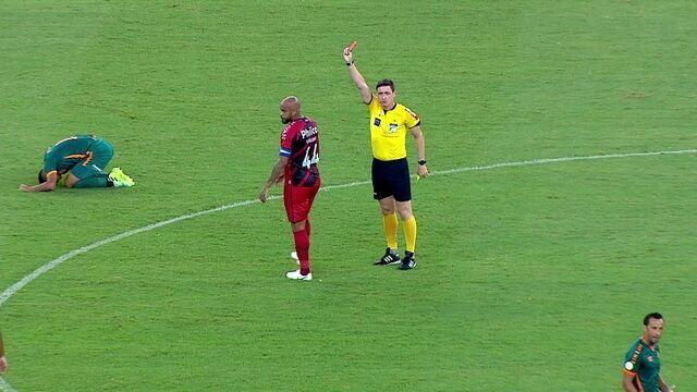 Expulso! Thiago Heleno para contra-ataque de Michel Araujo e recebe segundo amarelo, aos 36 do 1º tempo