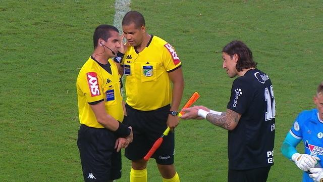 Cássio reclama com o árbitro, após a derrota do Corinthians para o Bahia