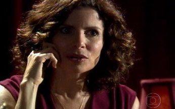 Silvia conta para Júlia que está namorando Murilo - Mãe faz questão que a filha seja mais uma a ficar sabendo do seu romance.