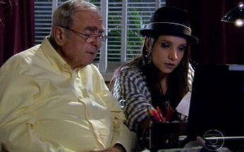 Cadore encontra conta de Raul zerada - Ele pede ajuda a Inês para entrar na conta do exterior do filho e fica perplexo ao descobrir que a conta foi encerrada na semana anterior.