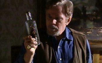 Em Paraíso, Eleutério cria um diabinho dentro de uma garrafa - O Tinhoso engarrafado atende por Cramulhão.