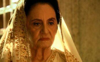 Laksmi interrompe o julgamento de Opash - Ela entra no templo, dizendo que não haverá julgamento e afirma ter uma dívida para cobrar