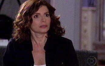Silvia estranha sumiço de Yvone - Ela acha estranho Yvone não atender as ligações que ela fez para seu celular