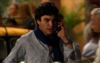Ravi não consegue impedir - Ao ver Júlia se aproximar do carro, ele vai embora.