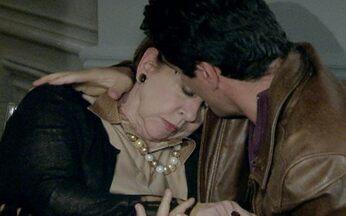 Passione - capítulo de sexta feira, dia 20/08, na íntegra - Saulo procura Totó e ele propõe comprar suas ações na metalúrgica. Enquanto isso escondida, Clara ouve a conversa dos dois.