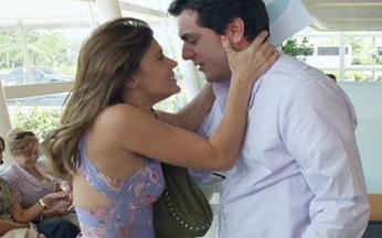 Passione - capítulo de sexta feira, dia 03/09/2010, na íntegra - Clara chega em casa no momento em que Totó está saindo com Dr. Cavarzere para ir à delegacia.