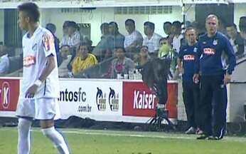 Neymar toma bronca do técnico do Santos - Jogador foi chamado à atenção pelo zagueiro e pelo técnico do time. Neymar discutiu e se mostrou indisciplinado durante o jogo contra o Atlético de Goiás.