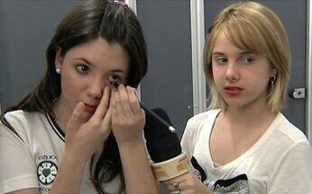 Menina ensina como fazer maquiagem para festas sociais - A atriz Clara Tiezzi, de Ti-ti-ti, entrevistou a estudante Bruna Menegello, de 13 anos. Ela mostra que sabe tudo de maquiagem e dá dicas de como ficar com um ótimo look para festas.