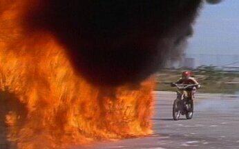 Motoqueiro quebra recorde mundial ao atravessar em túnel em chamas - Sem roupa especial e com uma moto comum, o brasileiro de 23 anos entra em um túnel de mais de 10 metros de cumprimento. Toda a armação de ferro é forrada com estopas ensopadas de querosene.