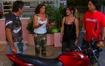 """A Grande Família - Episódio """"A louca da motoca"""", na íntegra - Tuco quer ajuda da mãe para comprar uma moto, mas ela não gosta da idéia com medo de acidentes. Gina acaba dando uma para o namorado, e Nenê tem plano de sumir com o presente da garagem."""