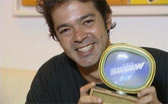 """Bruno Mazzeo recebe prêmio do Vídeo Show Retrô - Personagem de """"Junto & Misturado"""" venceu na categoria """"Isso Nunca me Aconteceu Antes"""""""