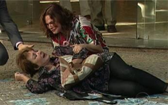 Veja como foi a gravação da cena em que Léo, de Insensato Coração, apronta mais uma - Malvado tenta dar o golpe em Carmem, mas plano dá errado