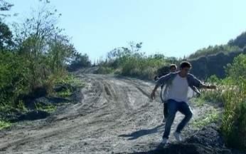 Cena 26/08 - Guilherme e Pedro se desesperam ao ver o carro de Rique despencar do penhasco - Eles correm para alcançar o local, enquanto Catarina e Raquel tentam sair do carro