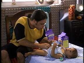 Existe coisa mais fofa do que marmanjões cuidando de bebês? - Até o Guilherme de Morde e Assopra se rendeu aos encantos de Amadeu