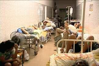 JN no Ar registra caos na saúde pública em duas cidades de MT - Em qualquer canto do pronto-socorro de Cuiabá se improvisa um leito.A maioria das pessoas está internada em cadeiras, macas e até em pé. As condições são péssimas.