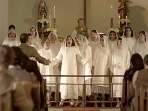 No coro da igreja, a voz de Dercy se sobressai - O incômodo com a presença de Dercy e o preconceito marcam a cena, mas ela não abaixa a cabeça