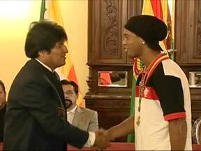 Ronaldinho Gaúcho recebe condecoração esportiva da Bolívia - A cerimônia, com a presença do presidente Evo Moralles, foi na concentração do Flamengo, na cidade de Sucre. O time vai enfrentar o Real Potosí, no dia 25, pela pré-libertadores.