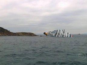 Mergulhadores encontram mais um corpo de uma vítima do barco naufragado na Itália - Segundo o chefe da Defesa Civil que coordena as buscas, pode ser impossível descobrir a identidade de todos os desaparecidos, pois havia pessoas que não estavam na relação de passageiros.