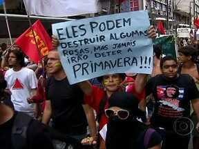 Estudantes do Recife protestam mais um vez contra aumento da passgem de ônibus - A passeata interrompeu o trânsito de um dos principais cruzamento do centro da cidade. O aumento de 6,5% nas passagens começou a vigorar neste domingo (22).