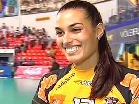 Luciane, miss do Rio Grande do Sul, chama atenção da torcida do Vôlei Futuro - A atacante, no entanto, não conseguiu ajudar o time a vencer em Araçatuba.