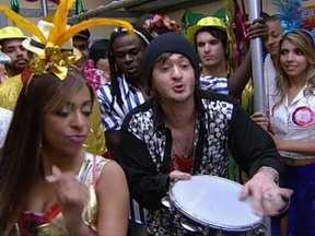 Jonas promete que mulher Caxumba vai arrasar neste carnaval - Mulher Caxumba fica com medo da idéia de carnaval que Jonas propõe. Ele garante que o Sambódromo vai à loucura com a Caxumba chacoalhando na Sapucaí